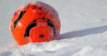 Ball im Schnee